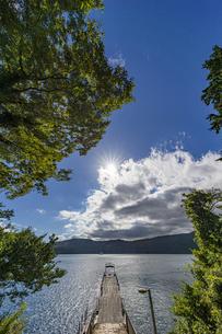 湖畔の桟橋から望む芦ノ湖の写真素材 [FYI04621959]