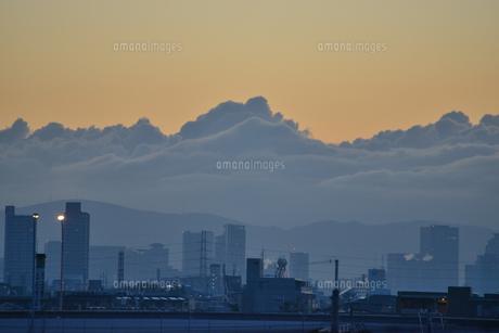 分厚い雲と都会の街並みの写真素材 [FYI04621962]
