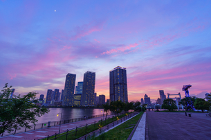 三日月と夕焼け空の都会の風景の写真素材 [FYI04622094]
