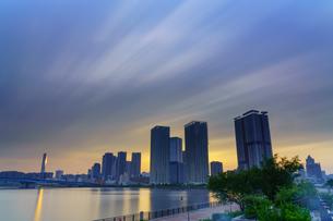流れる雲と都会の夕暮れの写真素材 [FYI04622096]