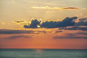 日本海日没の写真素材 [FYI04622127]