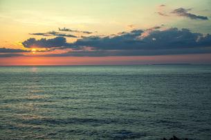 日本海日没の写真素材 [FYI04622130]