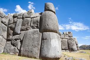 サクサイワマン遺跡の巨石の石垣の写真素材 [FYI04622277]