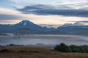 朝霧のクスコ近郊の農村とビルカバンバ山群の写真素材 [FYI04622285]