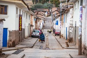 クスコ近郊のチンチェーロ村の街路の写真素材 [FYI04622290]
