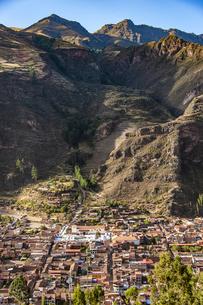 ウルバンバ谷のピサック村とピサック遺跡の写真素材 [FYI04622296]