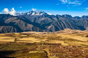 ペルー・ウルバンバ谷のミスミナイ村とウルバンバ山群の写真素材 [FYI04622313]