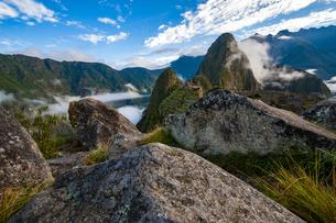 石切り場から望むマチュピチュ遺跡と渓谷の写真素材 [FYI04622318]