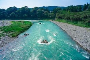 鮎美橋から多摩川の清流(青梅市、釜の淵公園) の写真素材 [FYI04622675]