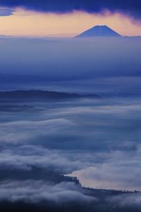 高ボッチ高原から望む諏訪湖と富士山の夜明けの写真素材 [FYI04622932]