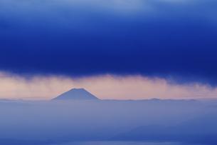 高ボッチ高原より望む夜明けの富士山の写真素材 [FYI04622934]