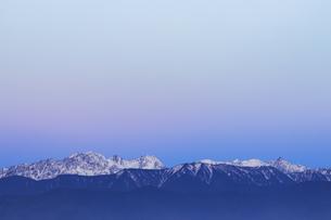 夜明けの穂高連峰と槍ヶ岳、高ボッチ高原よりの写真素材 [FYI04622935]