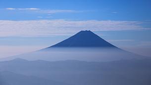 薄い雲海と富士山の写真素材 [FYI04623024]