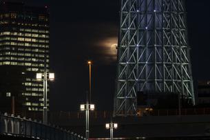 スカイツリーと満月の写真素材 [FYI04623054]