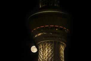 スカイツリーと満月の写真素材 [FYI04623057]
