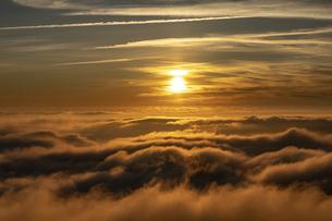 雲海に沈む太陽の写真素材 [FYI04623062]