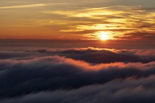 雲海に沈む太陽の写真素材 [FYI04623066]