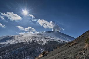 小浅間山から見る雪の浅間山の写真素材 [FYI04623096]