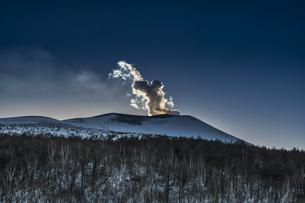 小浅間山から見る雪の浅間山の写真素材 [FYI04623101]