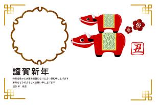 丑年のフォトフレーム年賀状 牛の置物 イラストのイラスト素材 [FYI04623105]