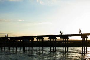 夕暮れの橋の写真素材 [FYI04623194]