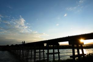夕暮れの橋の写真素材 [FYI04623196]