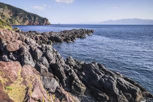 長崎鼻から錦江湾越しに霞む大隅半島を望むの写真素材 [FYI04623484]