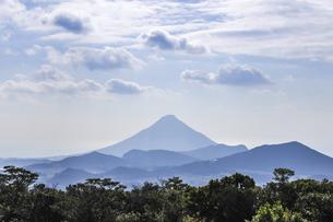 霞む開聞岳と山並みの写真素材 [FYI04623495]