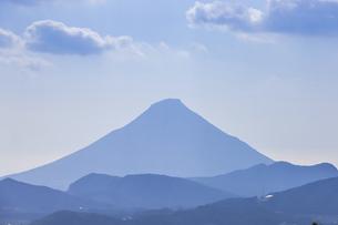 霞む開聞岳と山並みの写真素材 [FYI04623496]