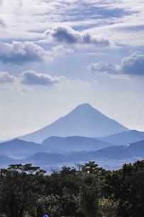 霞む開聞岳と山並みの写真素材 [FYI04623497]