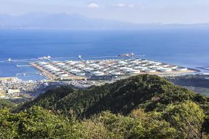 錦江湾に見る喜入石油基地の写真素材 [FYI04623507]