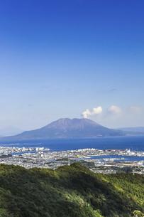 工場地帯と錦江湾越しに見る桜島の写真素材 [FYI04623509]