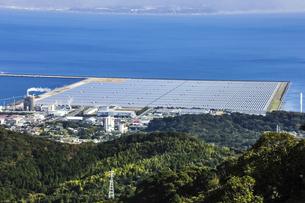錦江湾に見るメガソーラー太陽光パネルの写真素材 [FYI04623512]