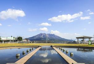 ウォーターフロントパーク南風の泉越しに見る桜島の写真素材 [FYI04623513]
