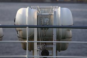 客船に設置された船舶用救命器具の写真素材 [FYI04623573]