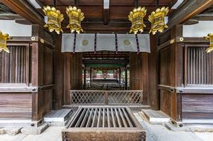 下鴨神社 棟門より三井神社を臨むの写真素材 [FYI04623699]