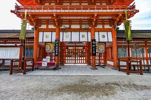 下鴨神社 楼門 煎茶献茶祭の札の写真素材 [FYI04623713]