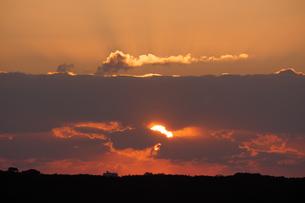 朝日に染まる雲と放射状に広がる薄明光線の写真素材 [FYI04623857]