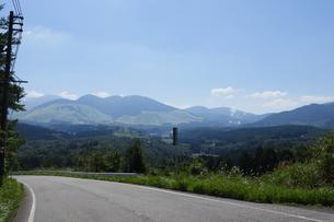 九重連山が見える道路の写真素材 [FYI04623862]