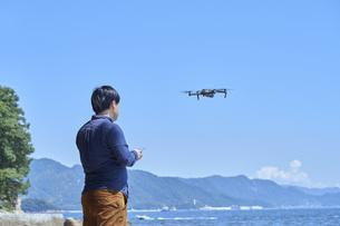 ドローンを操縦する日本人の男性の写真素材 [FYI04623869]