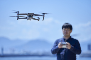 ドローンを操縦する日本人の男性の写真素材 [FYI04623871]