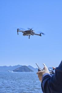 ドローンを操縦する日本人男性の手元の写真素材 [FYI04623875]