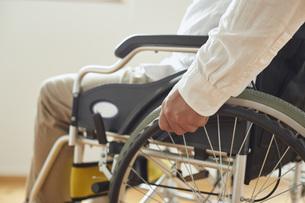 車椅子に乗るシニアの男性の手元の写真素材 [FYI04623899]