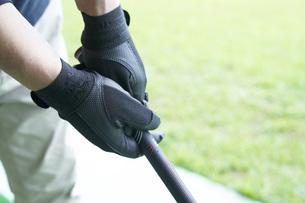 ゴルフ場で練習をするシニアの男性の手元の写真素材 [FYI04623970]