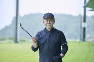 ゴルフ場で練習をするシニアの男性の写真素材 [FYI04623971]