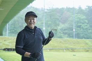 ゴルフ場で練習をするシニアの男性の写真素材 [FYI04623972]