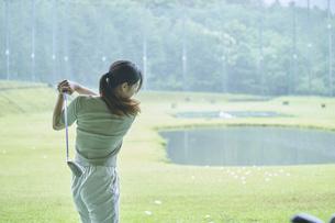 ゴルフ場で練習をする若い女性の写真素材 [FYI04623980]