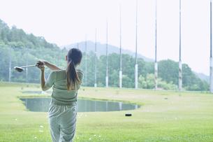 ゴルフ場で練習をする若い女性の写真素材 [FYI04623982]