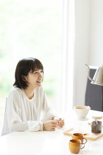 コーヒーを淹れてもらう若い女性の写真素材 [FYI04624108]