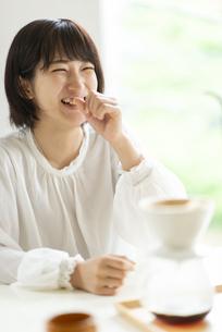 コーヒーを淹れてもらう若い女性の写真素材 [FYI04624113]